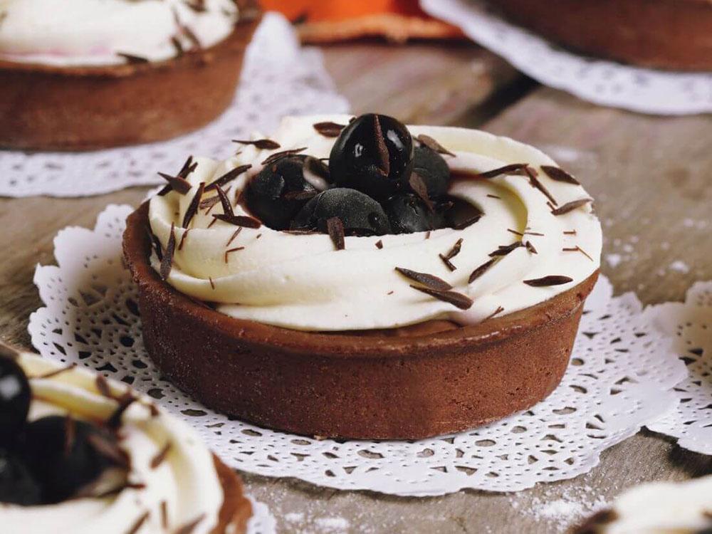 Тарталетка шоколадная с вишней минипирожное