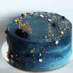 Красивый торт на серебристой подложке