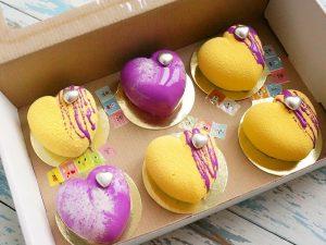 Пирожные на подложке с держателем в коробе