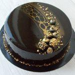 Стильный черный торт на черной подложке