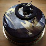 Стильный торт на золотой подложке