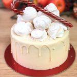 Торт на красной подложке