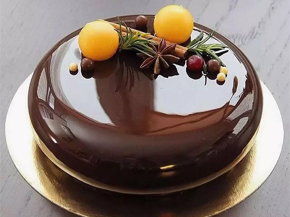 Торт на круглом золотом подносе