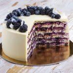 Торт с ягодами на подложке