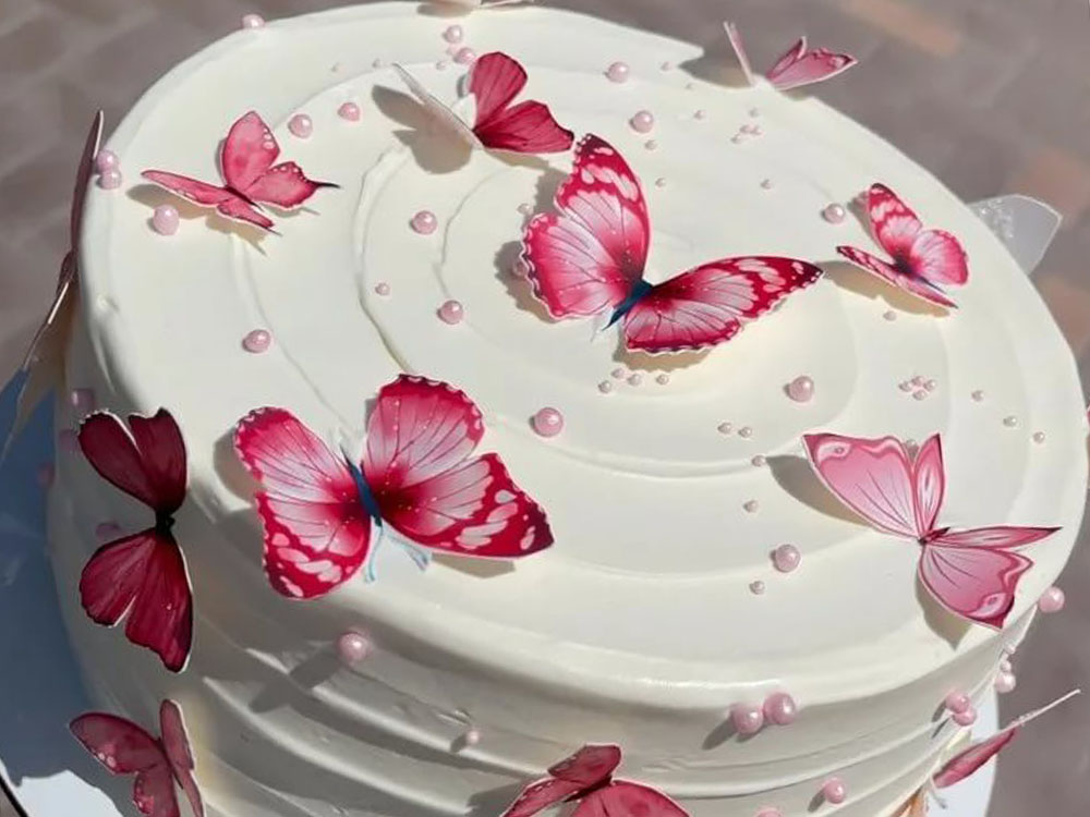 Торт с вафельными украшениями Бабочки